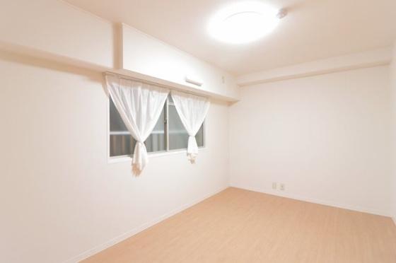洋室壁一面にクローゼットがあり、収納がタップリ出来る洋室約6.3帖です(フローリング・クロス張替、建具新調、照明器具・レースカーテン付き等)