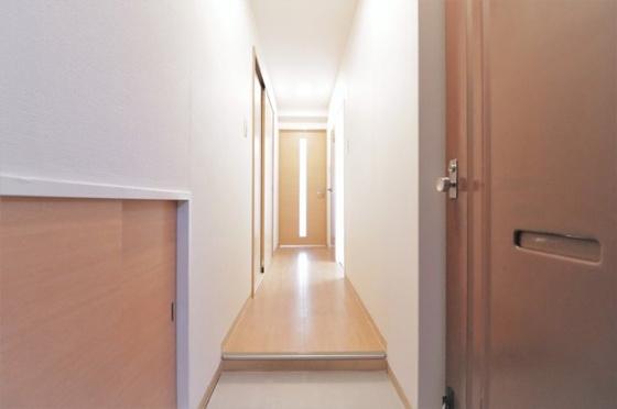 玄関に埋め込み型のシューズボックスがあります(フローリング・クロス・玄関タイル張替、建具新調、ダウンライト新設等)