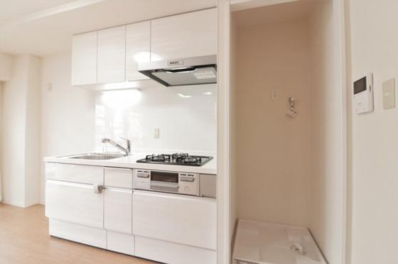 キッチンシステムキッチン新調しました。キッチンパネルも張替えました。キッチンの横に洗濯機置き場があります。(洗濯パン・洗濯水栓新調)
