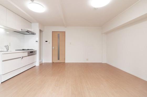居間東からの採光タップリで室内明るいです。広々としたLDK約13.8帖です。(フローリング・クロス張替、建具・TVモニター付きインターホン新調、照明器具・レースカーテン付き)