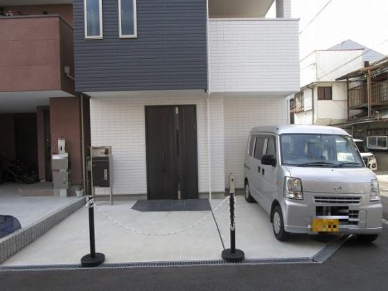 玄関の前の駐車スペースには、車やバイク・自転車がたくさん止められます