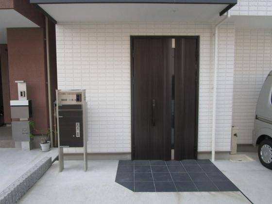 玄関アプローチ 玄関扉は電気錠付きです。宅配ボックス付きです。