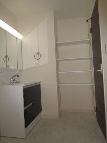 収納洗面室にタップリ収納が出来る大変便利な収納棚があります。