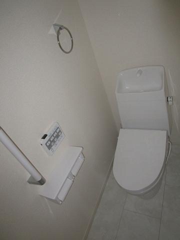 トイレ1階のトイレ:温水洗浄便座付のトイレです。手摺りも付いていて、年配の方にも優しいトイレです。