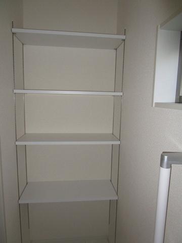 トイレ1階のトイレ:トイレにこれだけ収納豊富な収納棚があります。