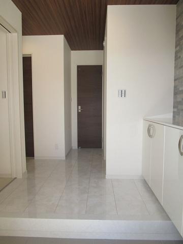 玄関ホールが広く、白を基調とした玄関でとにかく広く感じられます。
