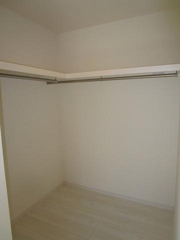 収納1階の洋室6帖:タップリ収納出来るウォークインクローゼットです。