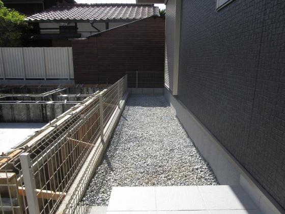 1階の洋室6帖からも出入りが出来る玄関横のお庭です。