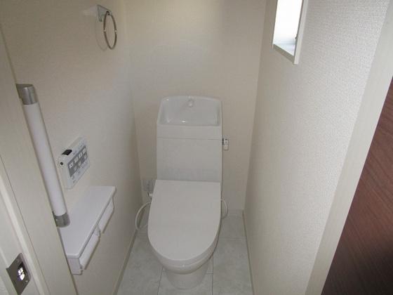 トイレ2階のトイレ:温水洗浄便座付のトイレです。手摺りが付いていて年配の方にも優しいトイレです。