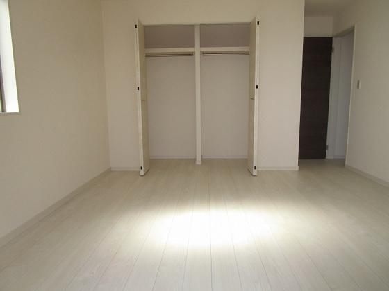 洋室3階の洋室8.5帖:南からの採光タップリで西側にも窓があり、室内大変明るく通風も良好です。タップリ収納出来るクローゼットもあり主寝室に最適です。