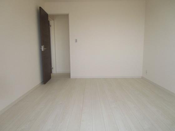 洋室3階の洋室7帖:南からの採光タップリで室内大変明るいです。タップリ収納出来るクローゼットもあります。