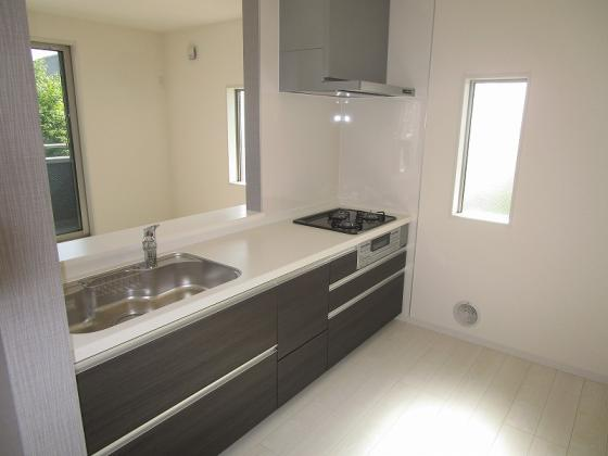 キッチン開放感タップリのオープンキッチンで、キッチンにも窓があり大変明るいキッチンです。浄水一体型のシステムキッチンです。