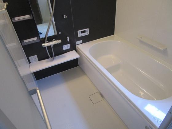 浴室浴室暖房乾燥機付きの浴室ユニットバスです。1坪タイプで広々としていてお子様と一緒にバスタイムを楽しめます。