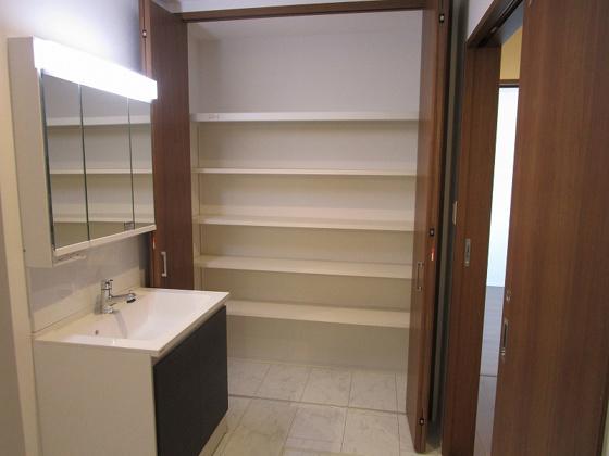 収納洗面室にあるクローゼットタイプの収納です。いろんな物がタップリ収納出来ます。