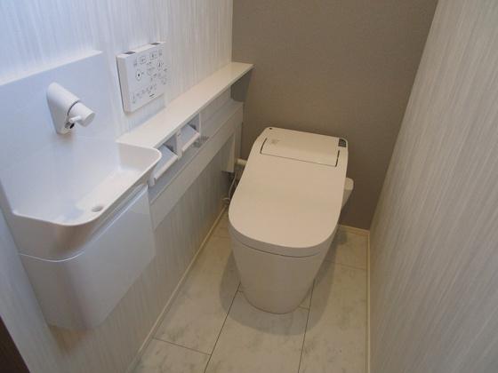 トイレ2階のトイレ:高級感のあるタンクレストイレで、手洗いも付いています。