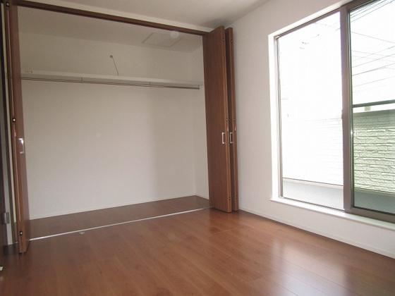 洋室3階のバルコニー側の洋室6帖:採光タップリで室内大変明るく通風も良好です。壁いっぱいにある1.5間分のクローゼットは収納がタップリ出来ます。