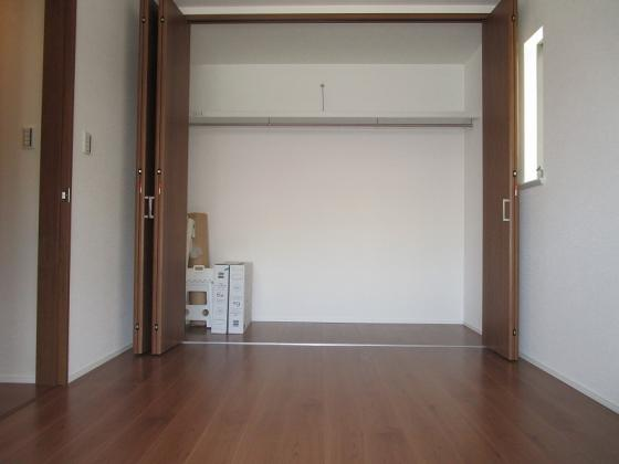 洋室1階の洋室6帖:壁いっぱいにある1.5間分のクローゼットは収納がタップリ出来ます。採光もタップリで、室内大変明るく通風も良好です。