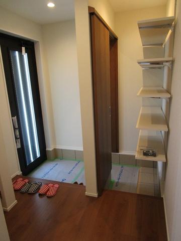 玄関には引き戸のシューズインクロークがあり、靴やいろんな物がタップリ収納出来ます。