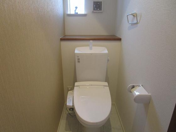 トイレ1階のトイレ:温水洗浄便座付のトイレです。