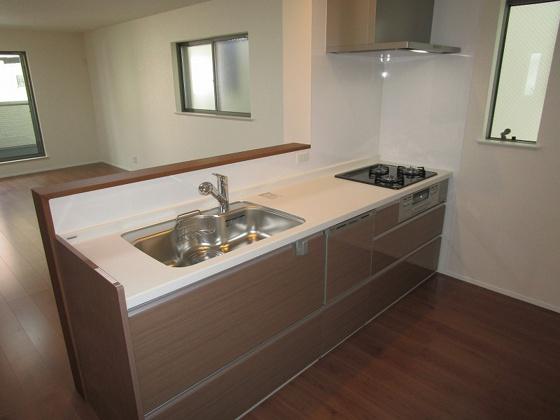 キッチン食器洗浄乾燥機付きのシステムキッチンです。開放感タップリのオープンキッチンで、料理をしながらでもご家族との会話を楽しめる対面キッチンです。キッチンスペースに窓が2ヶ所もあり、大変明るいキッチンです。