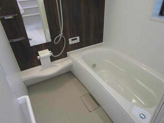 浴室浴室暖房乾燥機付きの浴室ユニットバスです。広々とした1坪タイプの浴室で、お子様と一緒にバスタイムを楽しめます。