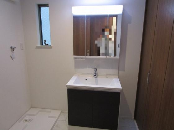 独立洗面台3面鏡付きのシャンプードレッサーがあり、洗濯機置き場もある広々とした洗面室です。タップリ収納が出来るクローゼットタイプの収納棚もあります。とにかく広い洗面室です、一度見学してみて下さい。