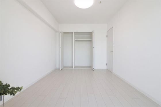 洋室洋室約7.1帖:11階部分の東向きに付き、陽当り・通風・眺望大変良好です。タップリ収納出来るクローゼットもあり主寝室に最適。(フローリング・クロス張替、建具新調、照明器具・レースカーテン・小物付き等)