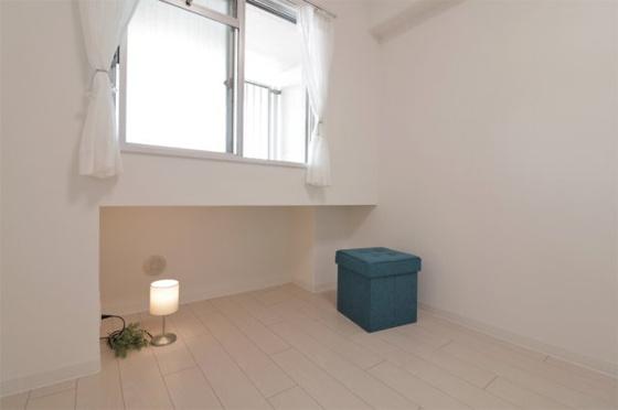 洋室洋室約5.7帖:西向きの窓があり室内大変明るく、窓の下にはカウンターがありいろんな使い方が出来ます。クローゼットもあります。(フローリング・クロス張替、建具新調、照明器具・レースカーテン・小物付き等)