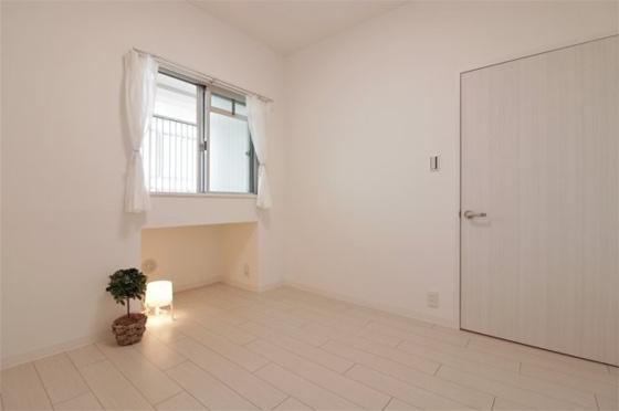 洋室洋室約4.4帖:西向きの窓があり室内大変明るいです(フローリング・クロス張替、建具新調、照明器具・レースカーテン・小物付き等)