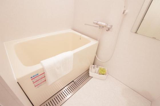 浴室ピッカピカの浴室ユニットバスです。追炊き機能付きの給湯器新調しました。