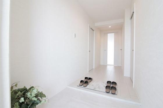 広々としたゆとりのある玄関です(フローリング・クロス張替、建具新調、ダウンライト新設、小物付き等)
