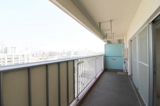 11階部分の東向きバルコニーで、陽当り・眺望・通風大変良好です。ワイドバルコニーで洗濯物もたくさん干せます。