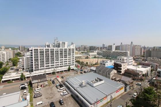 前面に高い建物が無く開放感があります、眺望も良好です。
