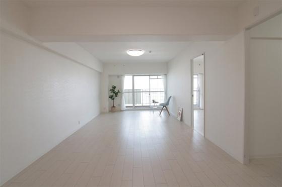 居間11階部分の東向きのリビングは採光タップリで通風も良好です。LDKは約19帖もあるので使い勝手大変良好です。(フローリング・クロス張替、建具新調、照明器具・レースカーテン・小物付き等)
