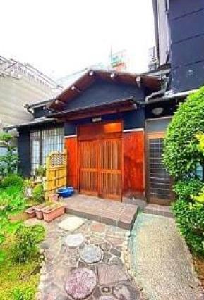 石畳があり、広い庭先でガーデニングなど楽しめるスペースがある玄関ポーチです