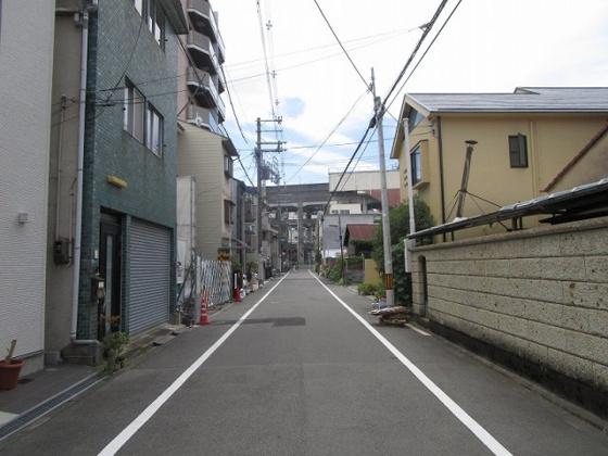 前面道路は公道広々約6mです。