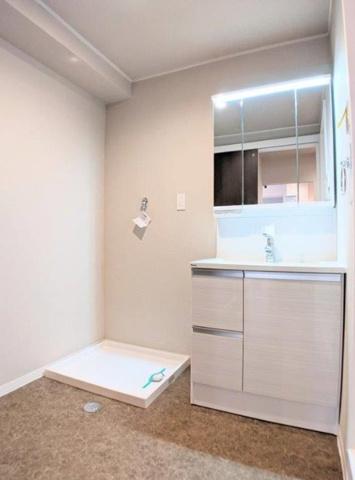 独立洗面台三面鏡付の洗面化粧台新調しました。広々とした洗面室で、洗濯機置き場もあります。(CF・クロス張替、洗濯パン・洗濯水栓新調、スイッチ・コンセント交換等)
