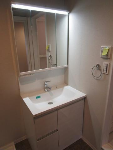 独立洗面台三面鏡付の洗面化粧台新調しました
