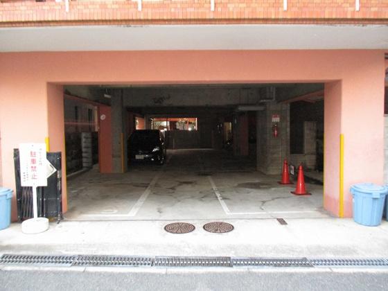 駐車場月額:27,000円(空き状況は随時管理事務所に確認が必要です)。駐車場の奥には駐輪場があります。 駐輪場月額:100円(空き状況は随時管理事務所に確認が必要です)。