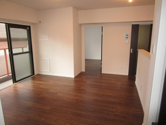 居間南向きのリビングで明るく通風も良好です。洋室約4.5帖の扉を開放すれば広々としたリビングに早変わりです。(フローリング・クロス張替、建具・TVモニター付きインターホン新調、照明器具付き等)