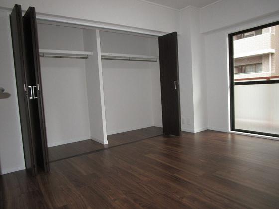 洋室洋室約5.7帖:東からの採光タップリで室内大変明るいです。タップリ収納出来るクローゼットもあります。(フローリング・クロス張替、建具新調、スイッチ・コンセント交換等)