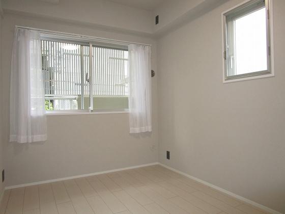 洋室西側と北側2ヶ所に窓があり、採光・通風大変良好な洋室約4.8帖です。(フローリング・クロス張替、建具新調、照明器具・レースカーテン付き等)