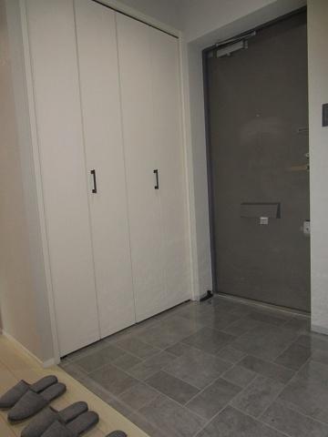 広々とした玄関で、収納タップリな玄関収納もあります。(玄関タイル・クロス張替、建具新調、ダウンライト新設等)