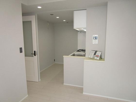 居間リビングに電話や小物を置くスペースがあります。何かと便利です。