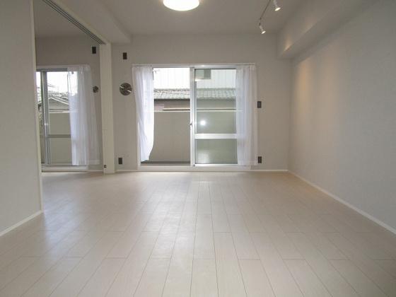 居間南側には掃き出し窓があり西側にも窓があり、採光タップリで大変明るいリビングです。風通しも大変良好です。(フローリング・クロス張替、建具新調、照明器具・スポットライト・レースカーテン付き等)