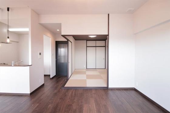 居間和室との続き間で、引き戸(建具)を開放すると広々としたリビングになります(フローリング・クロス張替、照明器具付き等)