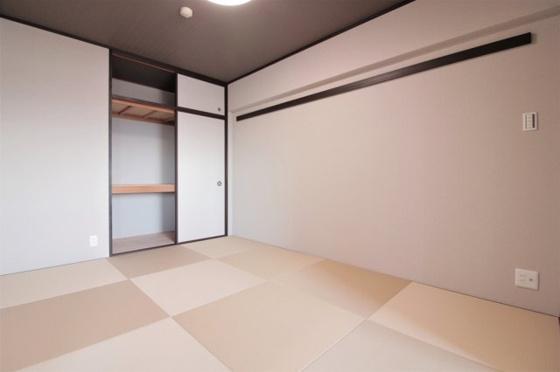 和室天袋付きの押入で、収納タップリで使い勝手も良好です。(琉球畳新調、クロス・襖張替、照明器具付き等)