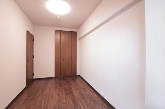 洋室玄関側に窓があり、室内明るい洋室約5.5帖です。収納タップリなクローゼットも付いています。(フローリング・クロス張替、建具新調、照明器具・レースカーテン付き等)