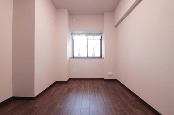 洋室このお部屋も玄関側に窓があり室内明るく、収納もタップリなクローゼットがある洋室約4.9帖です(フローリング・クロス張替、建具新調、照明器具・レースカーテン付き等)