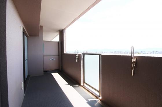 15階建の最上階の南向きワイドバルコニーです。陽当り・眺望・通風大変良好です。